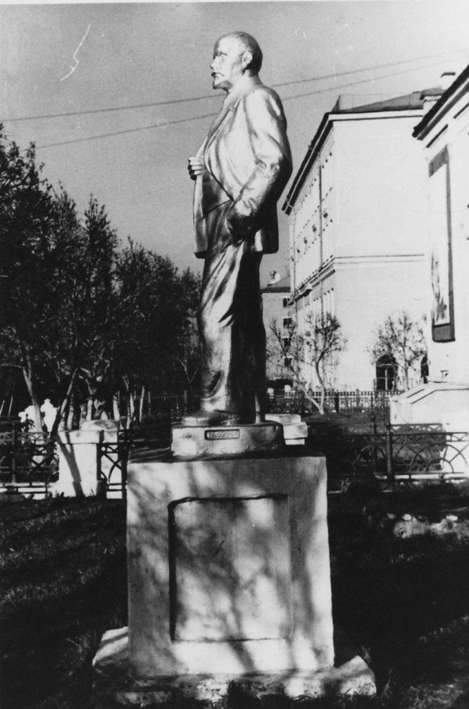 Памятник Ленину у ДК. 1974 г.