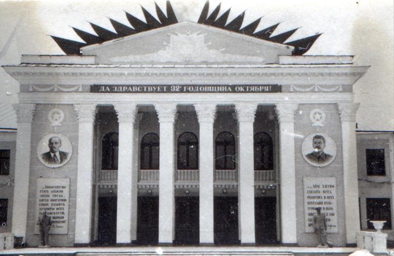 Фасад ДК «Родина». У входа видны скульптуры В. И. Ленина и И. В. Сталина. 1949 г.