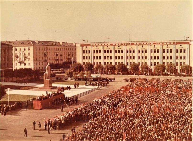 Церемония открытия памятника В. И. Ленину на Театральной площади. 1970 г.