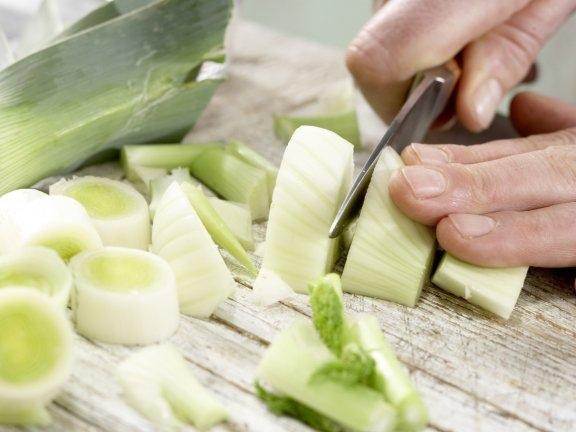 Суп из лобстера с луком-пореем и помидорами, изображение №6