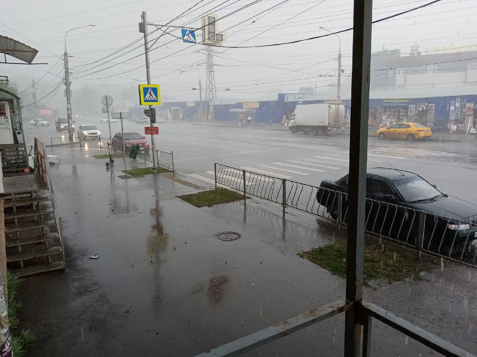 В Самаре в ряде районов города днём 24 июня 2021 года выпал град размером с грецкий орех