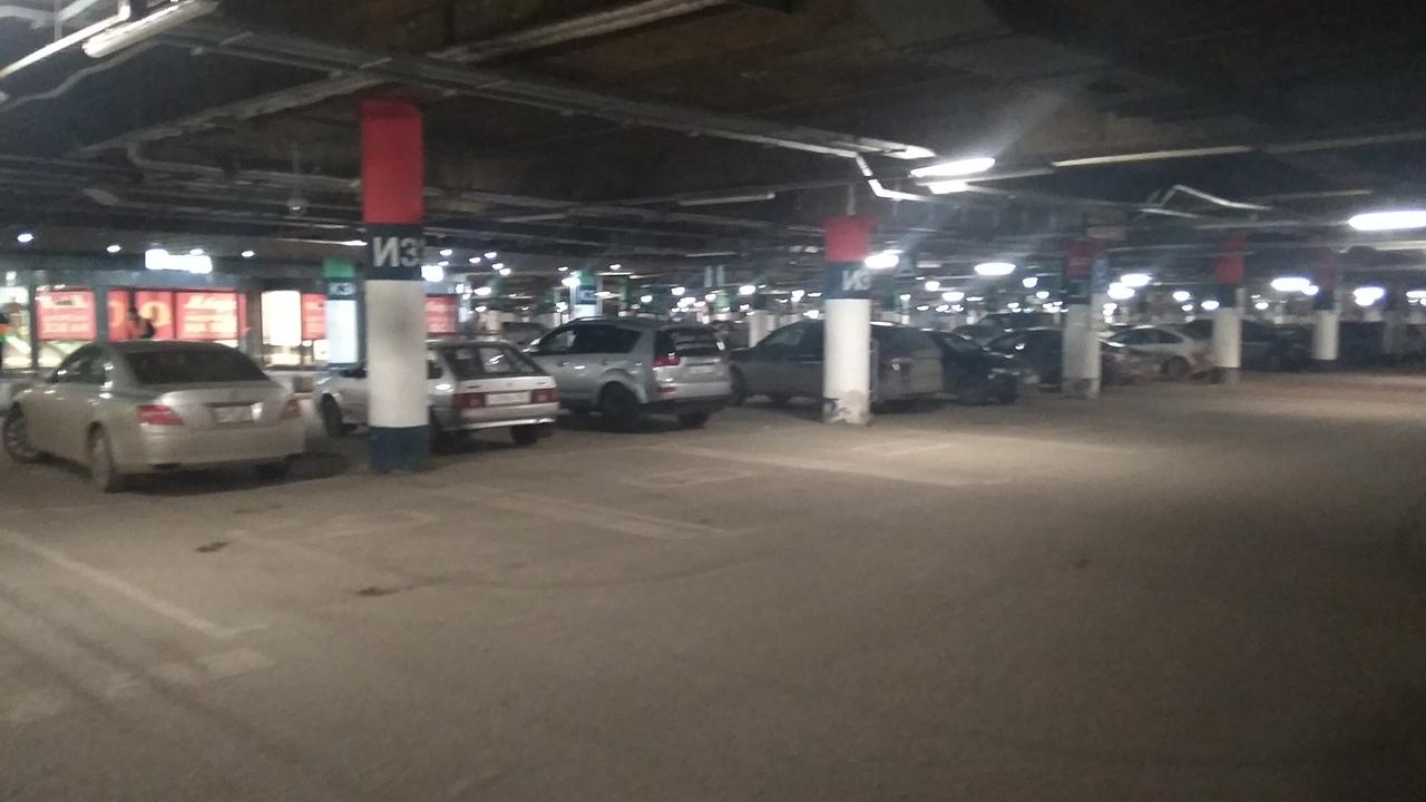 Автомобили почти всех немногочисленных посетителей уместились на одном фото