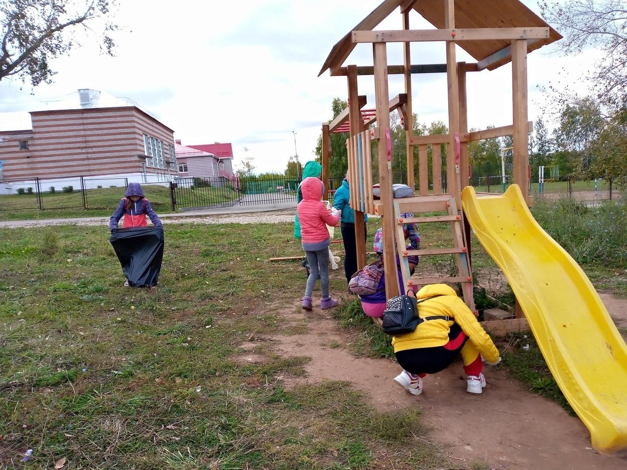 Школьники из села Можги очистили улицы, детскую площадку и родник населенного пункта от мусора.